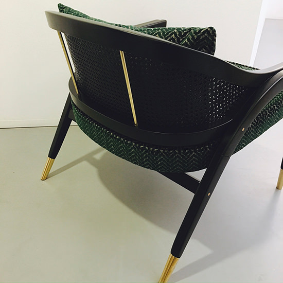 In Sycomoro wood or lacquered with satin wood details, caned backrest, velvet seat and polished brass feet. This chair offers lightness and elegance in its lines. Bespoke (...)