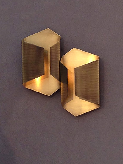 The brushed brass interior and the light bronze exterior are a beautiful combination, making this a timeless piece. Place this gorgeous sconce in your living room, family (...)