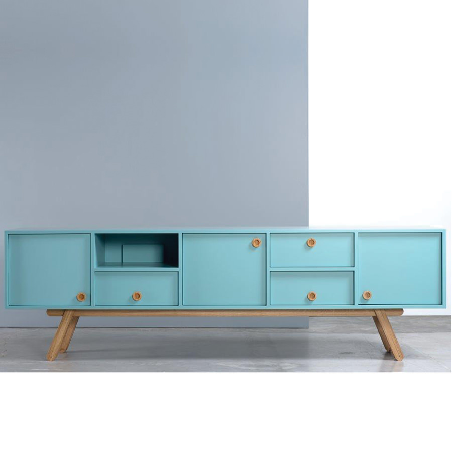 The Bracara Sideboard is a piece that combines traditional craftsmanship and contemporary design. The design and craftsmanship underlines the warm and natural feeling of the (...)