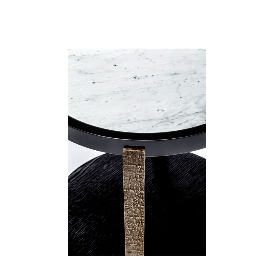 A combination of black oak, carved bronze and carrara marble make this luxury piece as beautiful to touch as it is to admire. Curvaceous and alluring, it helps break up a (...)