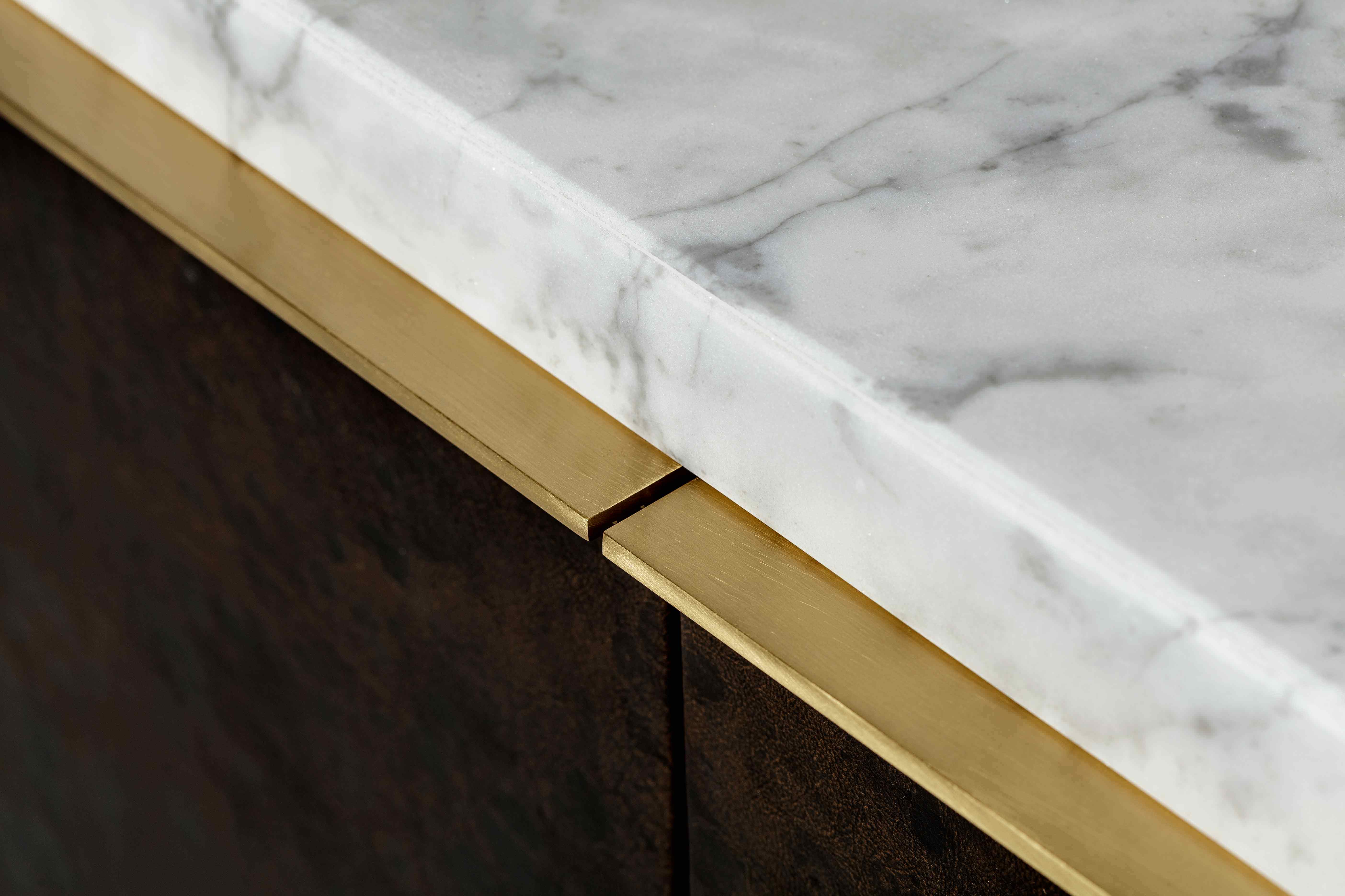 The brand's trademark use of luxe materials brings together fashionable polished brass, timeless white Carrara marble and unique leather covered doors, which open to (...)