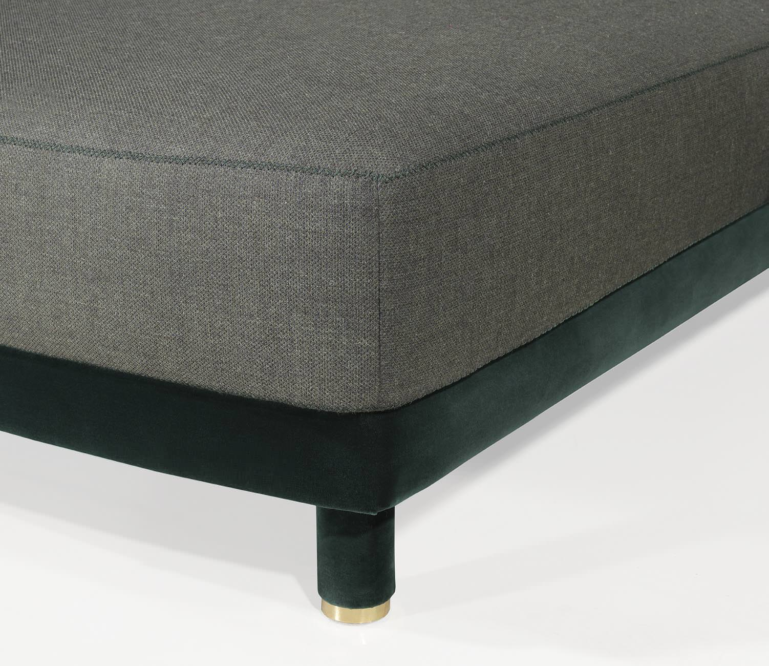 Thanks to the completely free modules on each side you can have a wide variety of solutions to suit your luxury living area. Lying on upholstered feet with a small brass (...)