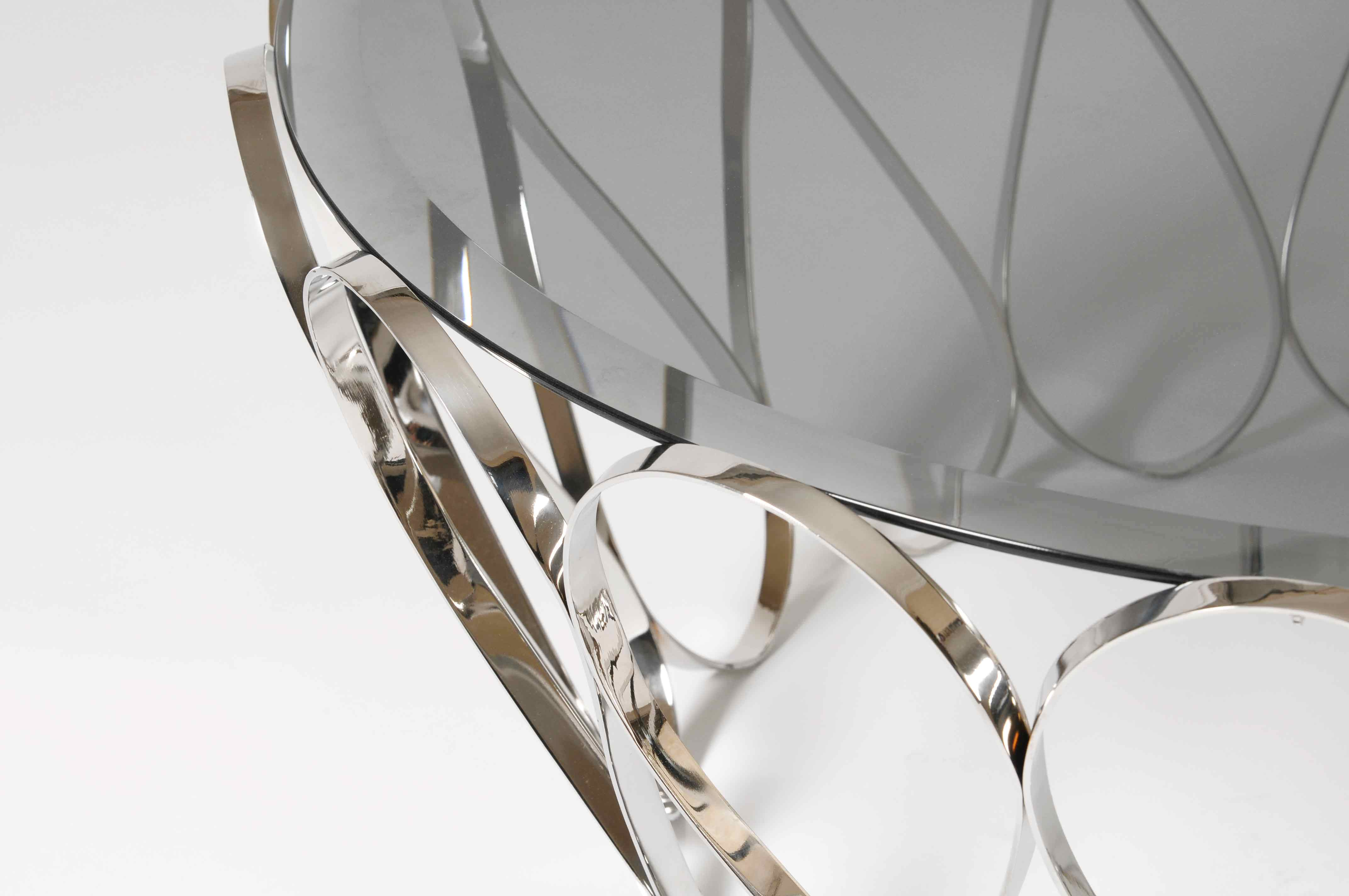 Aquarius is a very unique center table. An evocative of a fine jewellery piece, this striking table blends a certain delicacy with its contrasting strong character. Perfect (...)