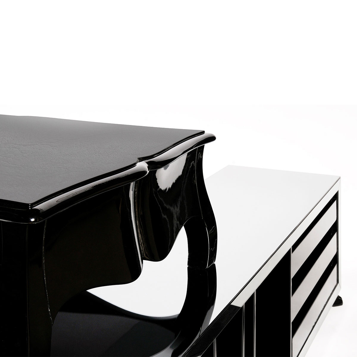 Crafted from solid wood, this writing desk features a black leather top, and three drawers with classic cast brass handles finished in black. The attached drawer, file unit (...)