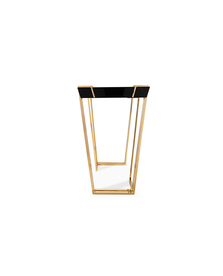 Its straight lines make for a glorious construction, embodying the spirit of exclusive design. A daring and elegant balance between marble, lacquer and brass lines.