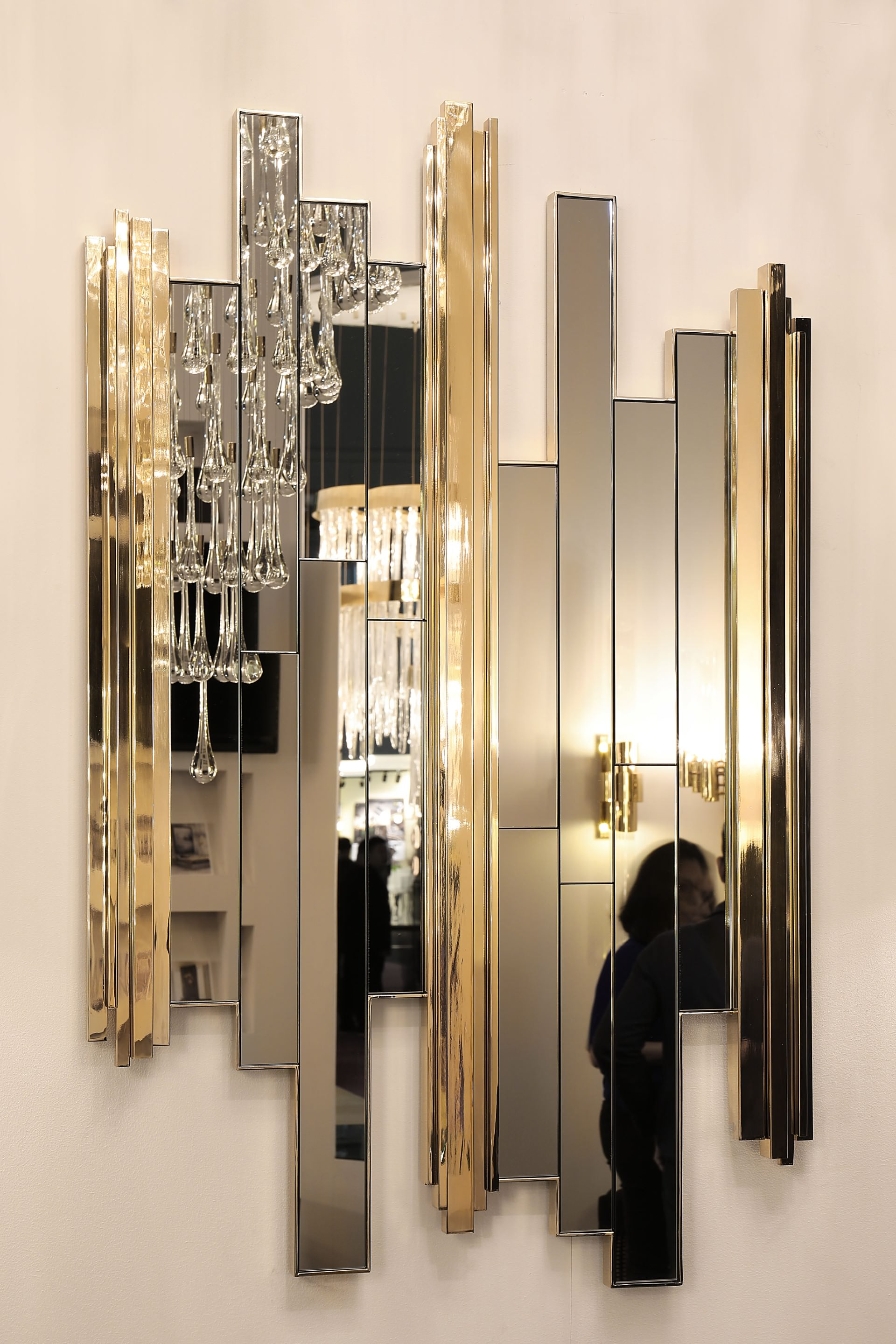 With its will to keep up with the Empire family high standards on exquisite and exceptional design, the Empire mirror's powerful lines are the result of an (...)